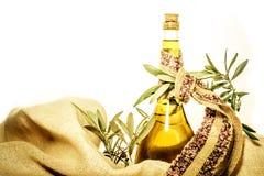 Olivolja extra kvalitet, vit bakgrund royaltyfri foto