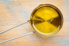 Olivolja, i att mäta koppen Arkivbild