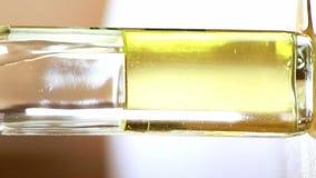 Olivolja i exponeringsglaset som förbereder min sunda mat i frukosten i vegatablesna stock video