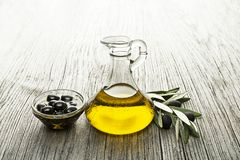 Olivolja i flaska med oliv royaltyfri fotografi