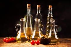 Olivolja i flaskor Arkivfoto