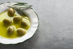 Olivolja med oliv och filialen arkivfoto