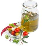 Olivolja och kebaber med mozzarellaoliv och körsbärsröda tomater Royaltyfria Bilder