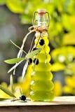Olivolja och nya oliv Arkivbilder
