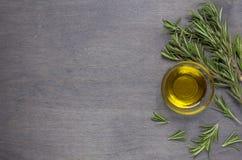 Olivolja och rosmarinar Arkivfoton