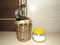 Olivolja och salt shaker Arkivfoto