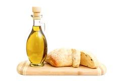 Olivolja och skivat bröd på skärbräda Royaltyfri Bild