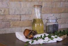 Olivolja och svartpeper på skärbräda Royaltyfri Foto