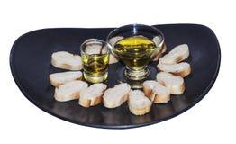 Olivolja och vitt bröd för piecesof arkivfoton