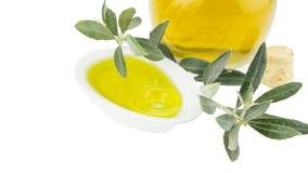 Olivoljaflaska och bunkeplatta med den olivgröna filialen Jungfrulig olivolja Naturlig olivolja, sund mat Royaltyfria Foton