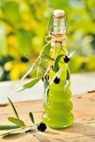 Olivoljaflaska och oliv Royaltyfria Foton