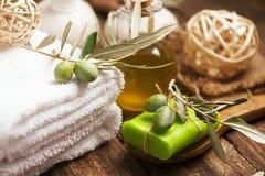 Olivoljatvål och badlakan Arkivfoto