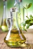 Olivoljor i flaskor arkivfoto