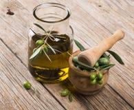 Oliwa z oliwek i oliwki w moździerzu Zdjęcie Stock