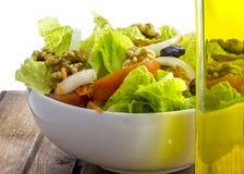 Oliwa z oliwek i warzywa sałatka obrazy stock