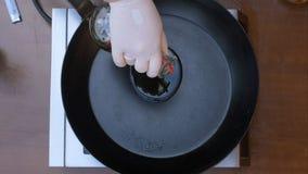 Oliwa z oliwek nalewał w smaży nieckę od butelki Obraz Stock
