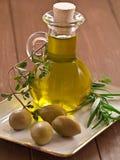 Oliwa z oliwek z oliwkami i ziele obrazy royalty free