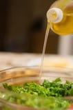 Oliwi polanego w sałatkę Zdjęcie Stock
