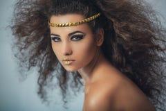 Oliwkowa dziewczyna z kędzierzawym włosy Portret Zdjęcie Stock