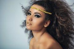 Oliwkowa dziewczyna z kędzierzawym włosy Obraz Stock