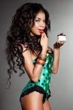 Oliwkowa dziewczyna z tortem Zdjęcia Stock