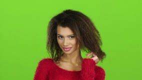 Oliwkowy żeński pozować na kamerze, zieleń ekran Zwolnione tempo, Ups zdjęcie wideo