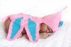 Oliwkowy nowonarodzony dziewczynki dosypianie Fotografia Stock