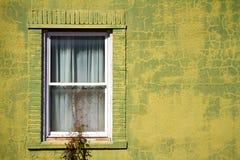 Oliwnej zieleni Starzejący się budynek Obrazy Royalty Free