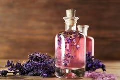 Olja, det salta havet och lavendel för arom blommar på träbakgrund arkivbilder