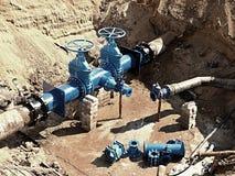 Olja gas, vattenbransch Wellhead med ventilarmaturtunnelbanan Grävt djupt dike Royaltyfri Fotografi