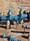 Olja gas, vattenbransch Wellhead med ventilarmaturtunnelbanan Grävt djupt dike Arkivfoton