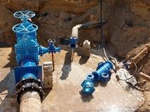Olja gas, vattenbransch Wellhead med ventilarmaturtunnelbanan Grävt djupt dike Arkivbild