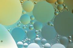 Olja och bevattna abstrakt begrepp i silver, blått och guld Arkivfoto