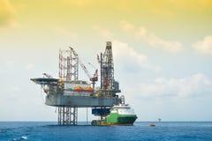 Olja- och riggplattformoperation i Nordsjön, tung bransch i fossila bränslenaffären i frånlands-, riggoperation Arkivfoton