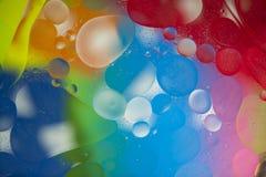 Oljadroppar på vattenyttersidan Royaltyfria Bilder