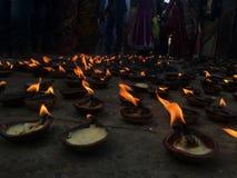Oljalampor på templet royaltyfri bild