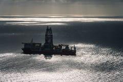 Oljaplattform i mitt av den aereal sikten för hav royaltyfria bilder