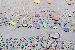 Oljaprodukter fick in i vattnet, och på yttersidan av vattensmå droppar bildade modeller arkivfoton