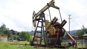 Oljapump i operation i skogområdet arkivfilmer