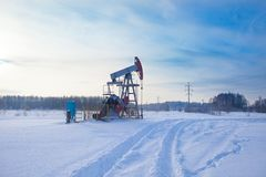 Oljapumpar i vintern för ligganderussia för 33c januari ural vinter temperatur royaltyfria foton