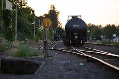 Oljatransportvagn på järnvägarna royaltyfria bilder