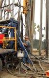 Olje- arbetare på den olje- brunnen som överger jobsiten Arkivbild