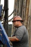 Olje- arbetare på den olje- brunnen som överger jobsiten Royaltyfri Bild