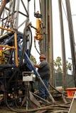 Olje- arbetare på den olje- brunnen som överger jobsiten Fotografering för Bildbyråer