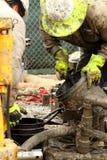 Olje- arbetare på den olje- brunnen som överger jobsiten Arkivfoton