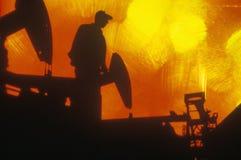 Olje- arbetare på Torrance i det Delamo länet, CA royaltyfri foto