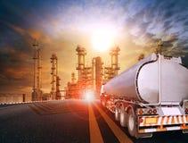 Olje- behållarelastbil och tung växt för petrokemiska branscher för royaltyfri fotografi