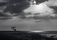 Olje- borrtorn och moln royaltyfri foto