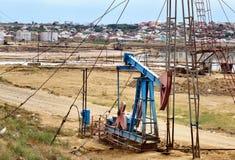 Olje- borrtorn på oljefält royaltyfria foton