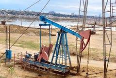Olje- borrtorn på oljefält royaltyfri fotografi